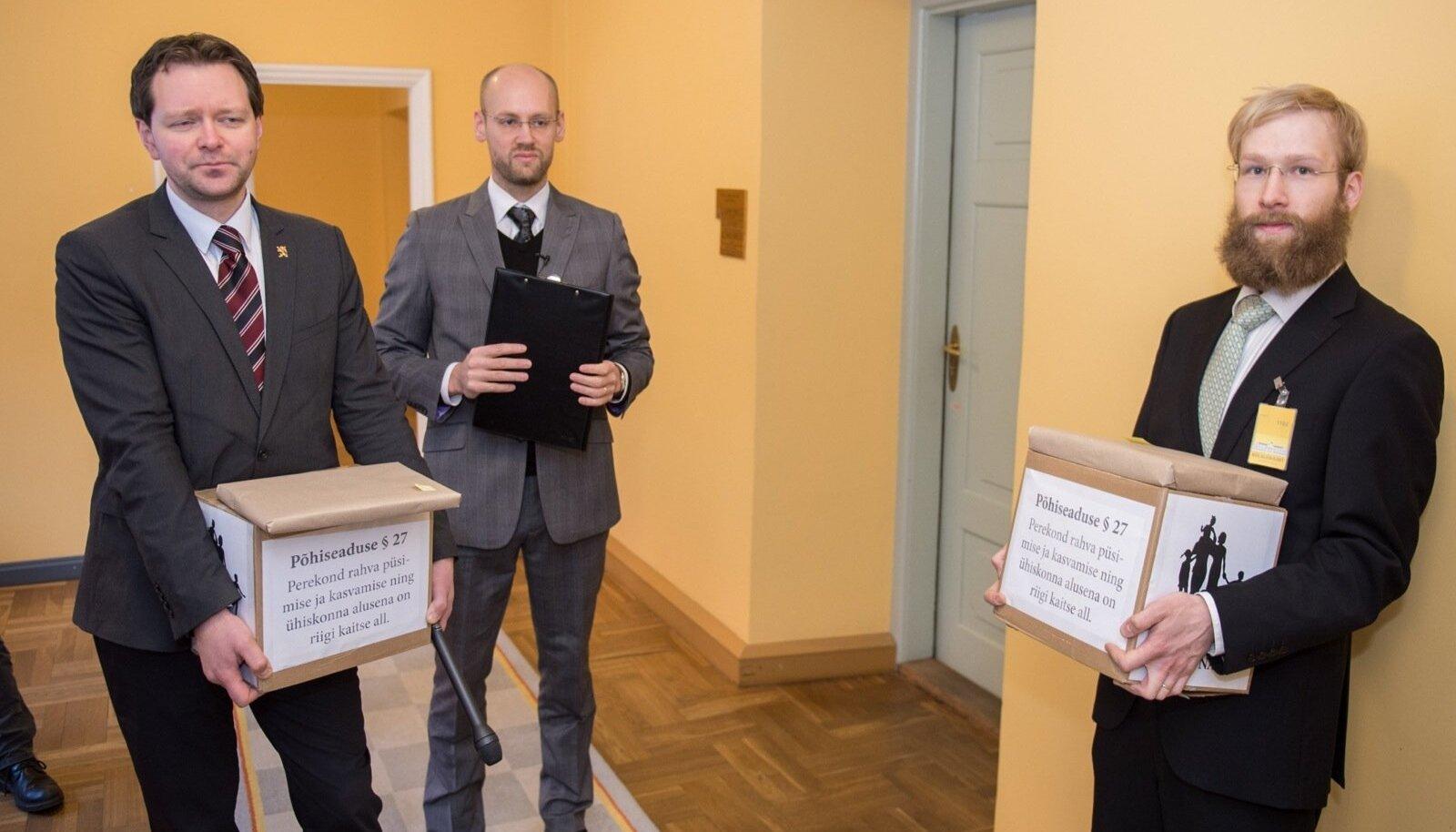 SAPTK andis riigikogus üle allkirjad kooseluseaduse rakendusaktide vastu