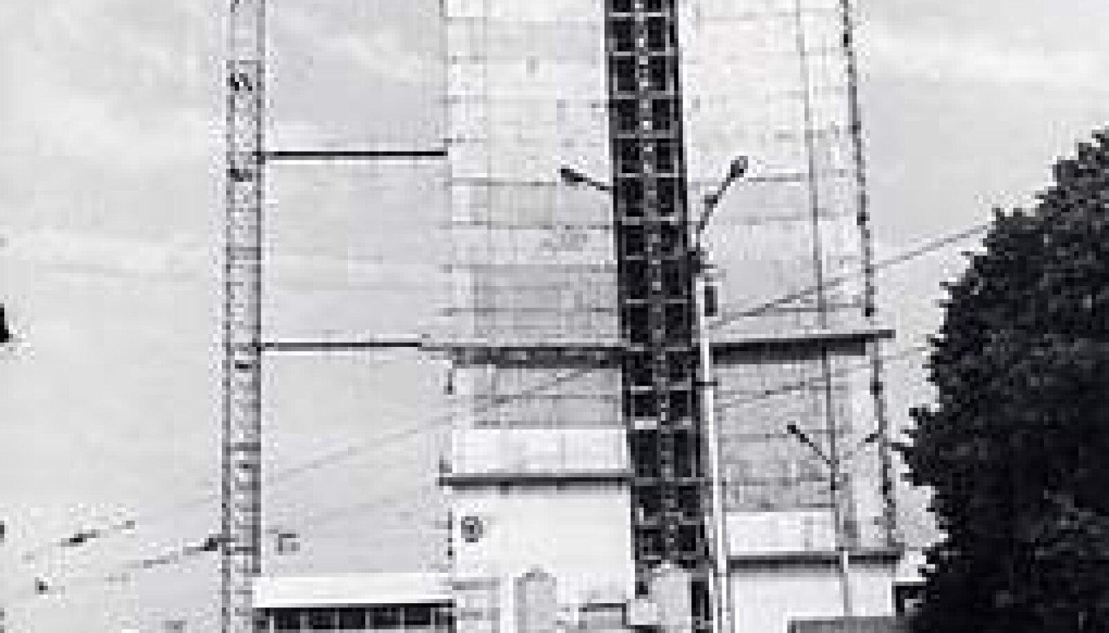 KERKIB: Viru hotelli lõpliku kõrguse saavutamiseks kulus Soome ehitajail 14 kuud. Plaadid, millega hakati hoone välispinda katma, olid toodud Saksamaalt Meissenist.