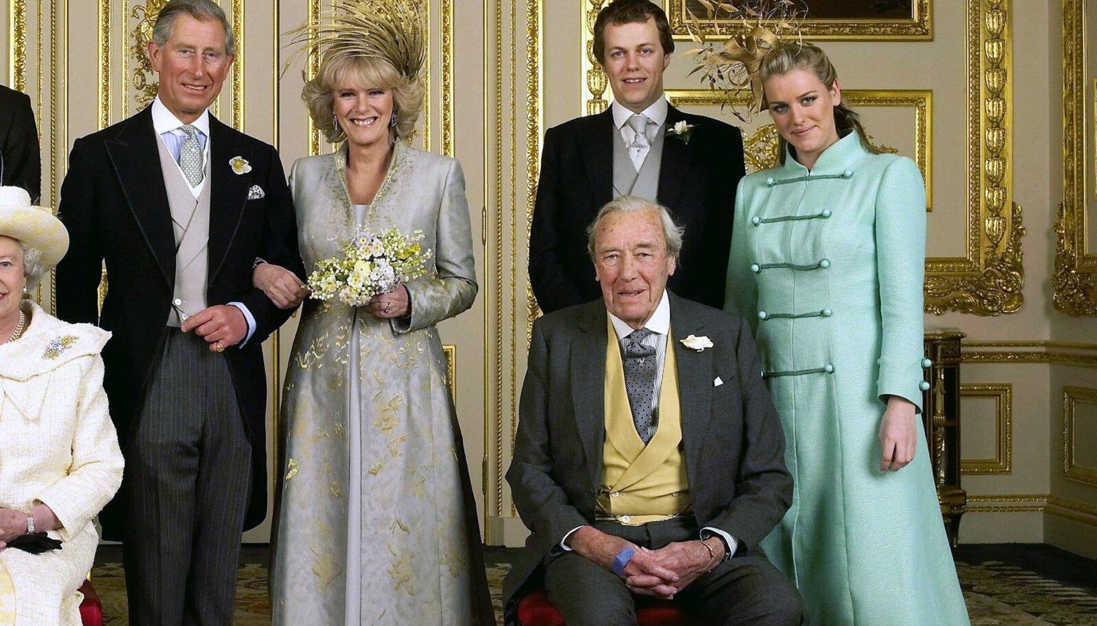 Tom Parker Bowles (tagareas paremalt teine) oma ema Camilla ja prints Charlesi pulmas 2005. aastal.