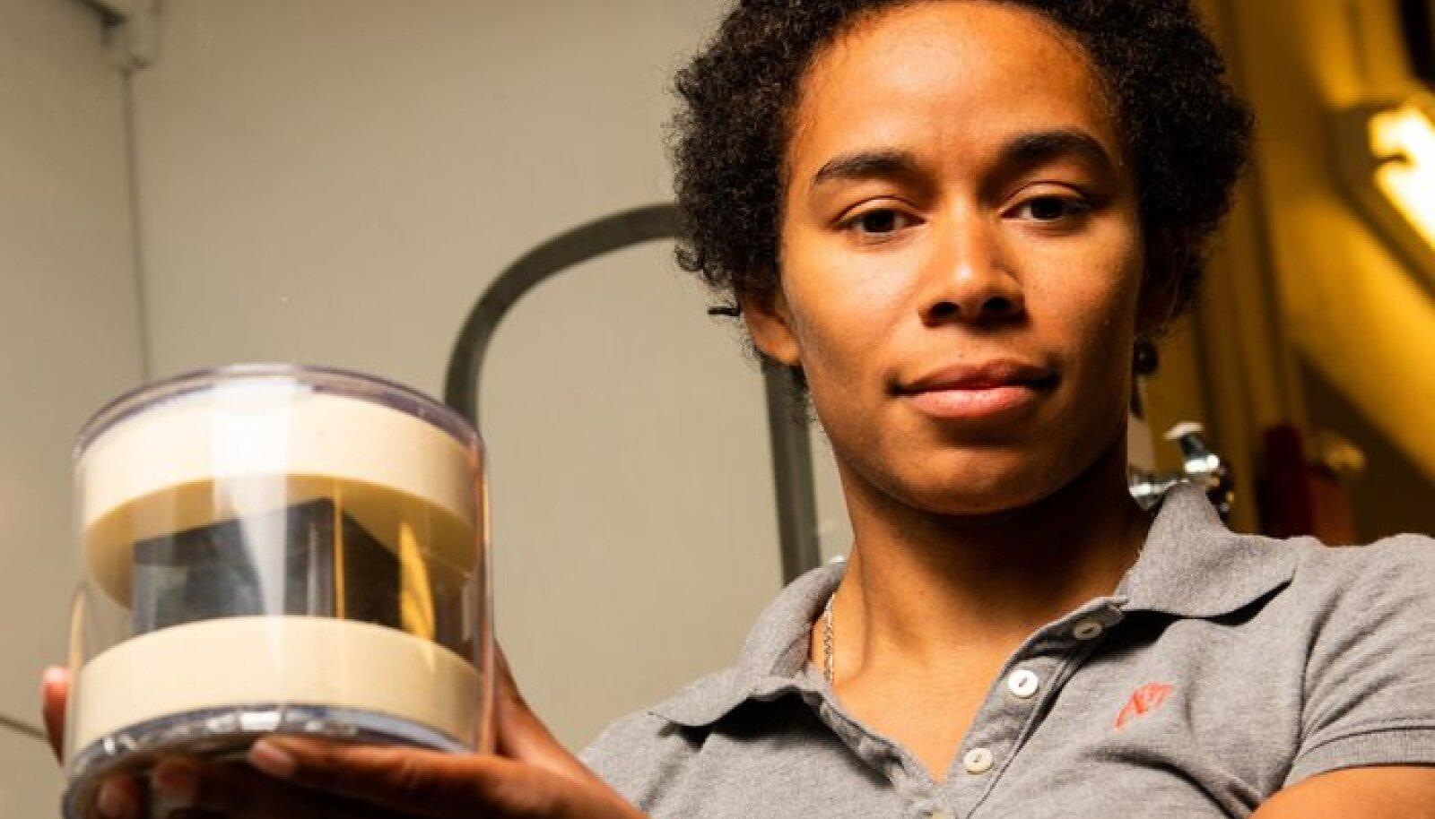 PNNL-i keemik Brittany Robertson salapärase päritoluga uraanikuubikut hoidmas (foto: Andrea Starr / PNNL)