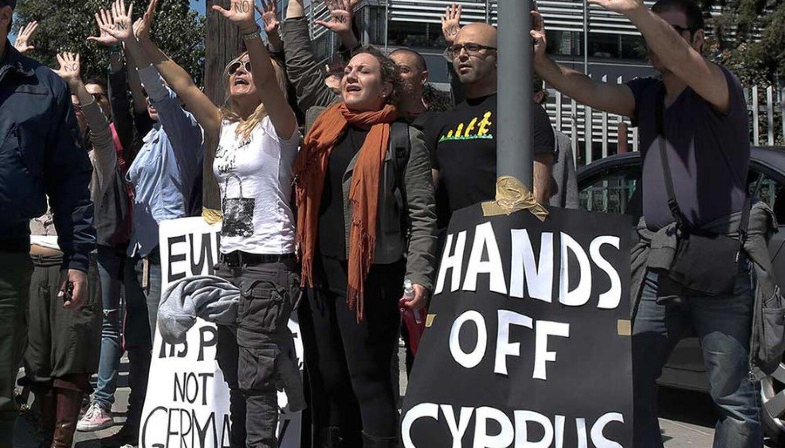 """""""Käed eemale Küprosest!"""" nõudsid demonstrandid eile saareriigi parlamendi ees."""
