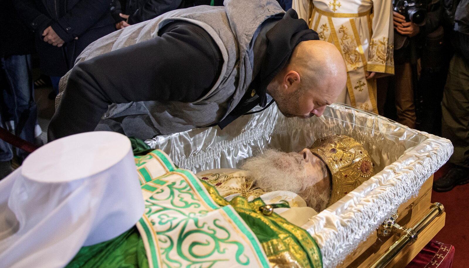 Usklike tõkestamiseks pandi Serbia õigeusu kiriku patriarh Irineji kirstule pleksiklaas.