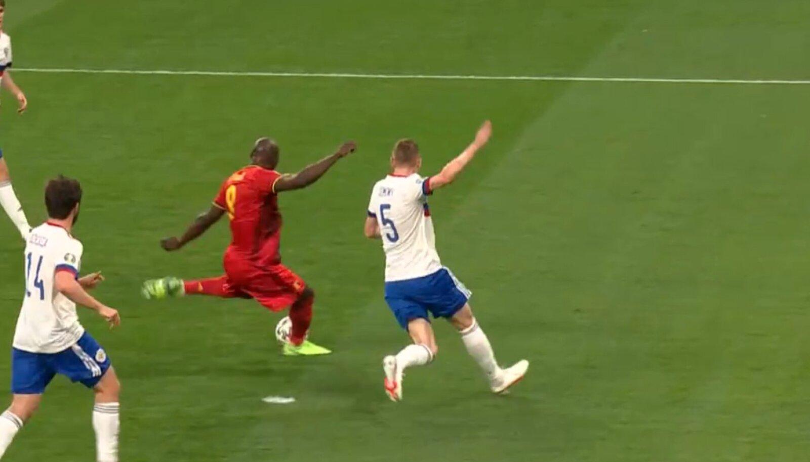 Ромелу Лукаку забивает первый гол в ворота сборной России