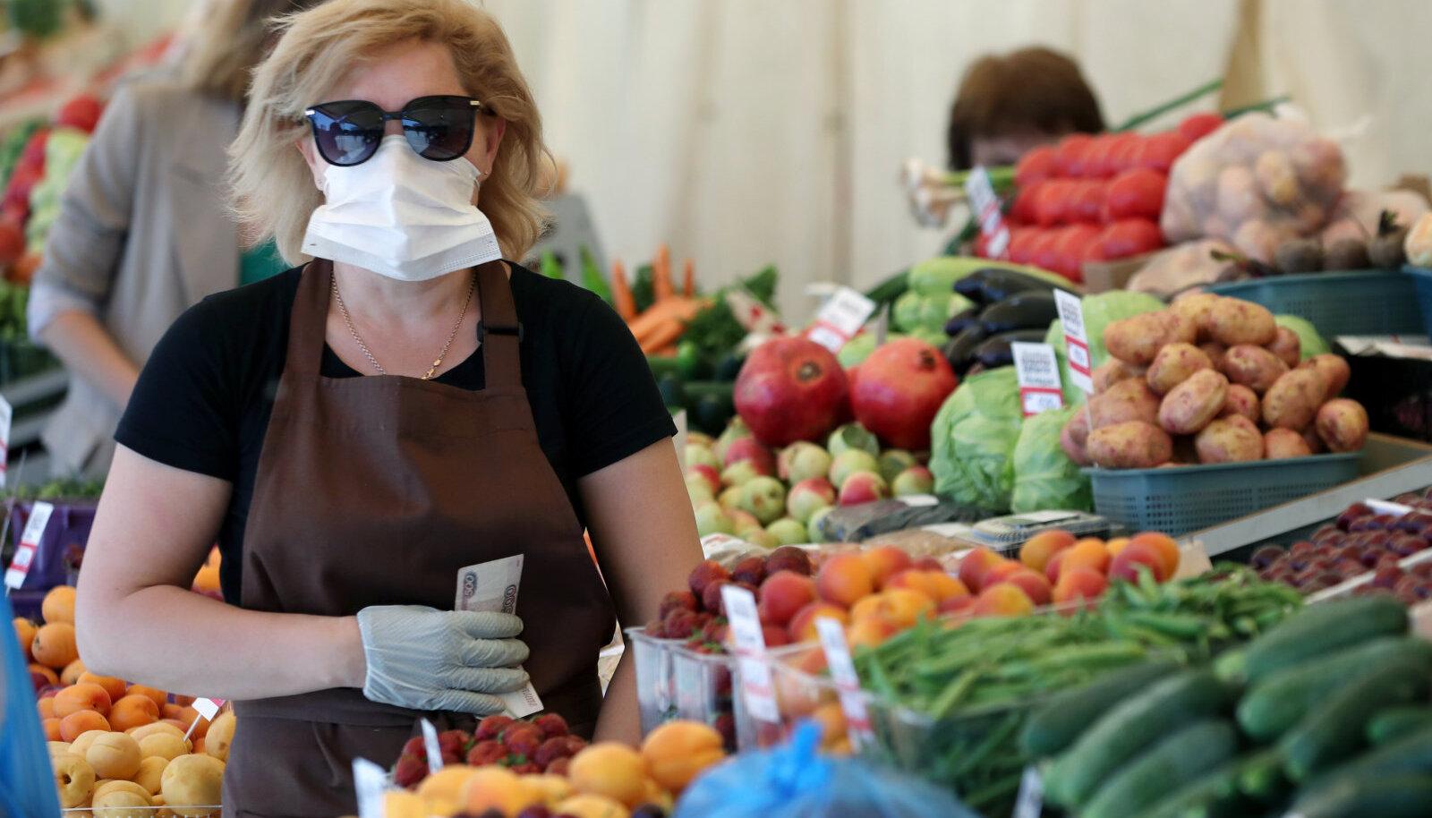 Maskiga müüja eile Moskva turul.