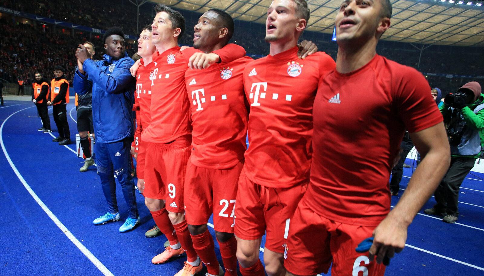 Müncheni Bayerni mängijad võitu tähistamas
