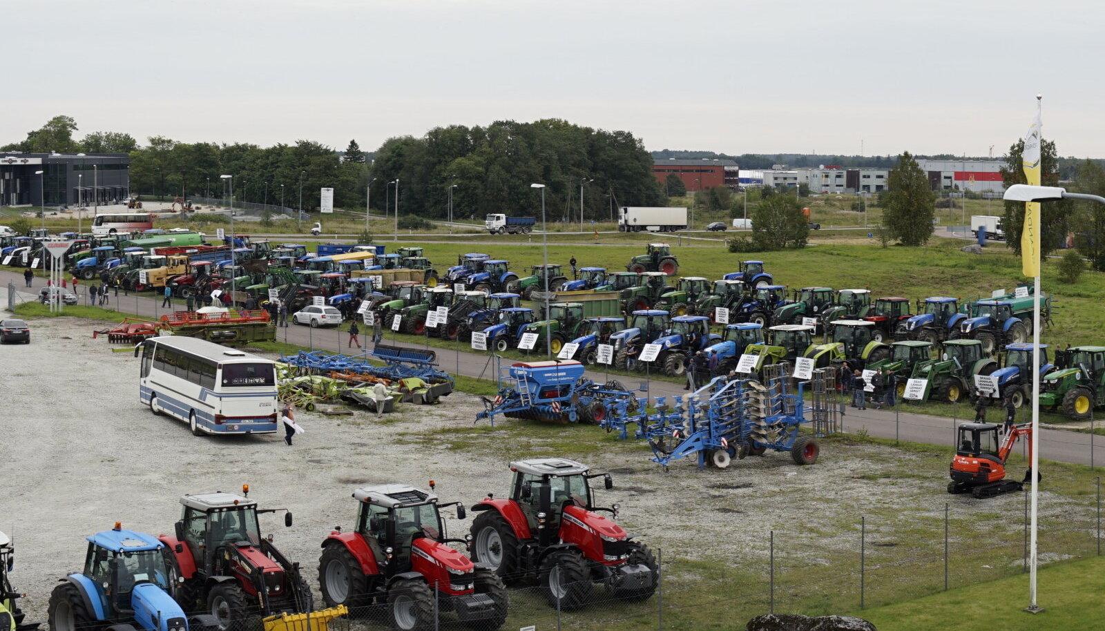 Põrguväljale toodud traktorid