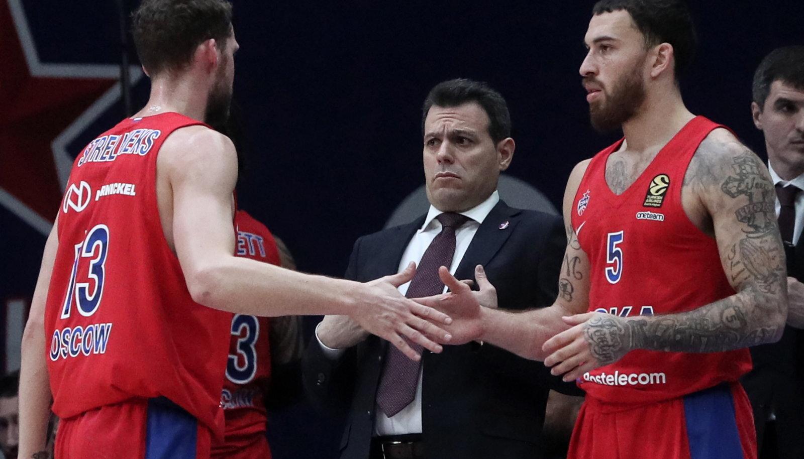 Dimitros Itoudis (keskel) ja Mike James.
