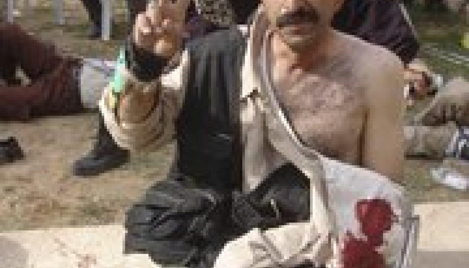 Mees Ashrafi laagris näitab võidumärki