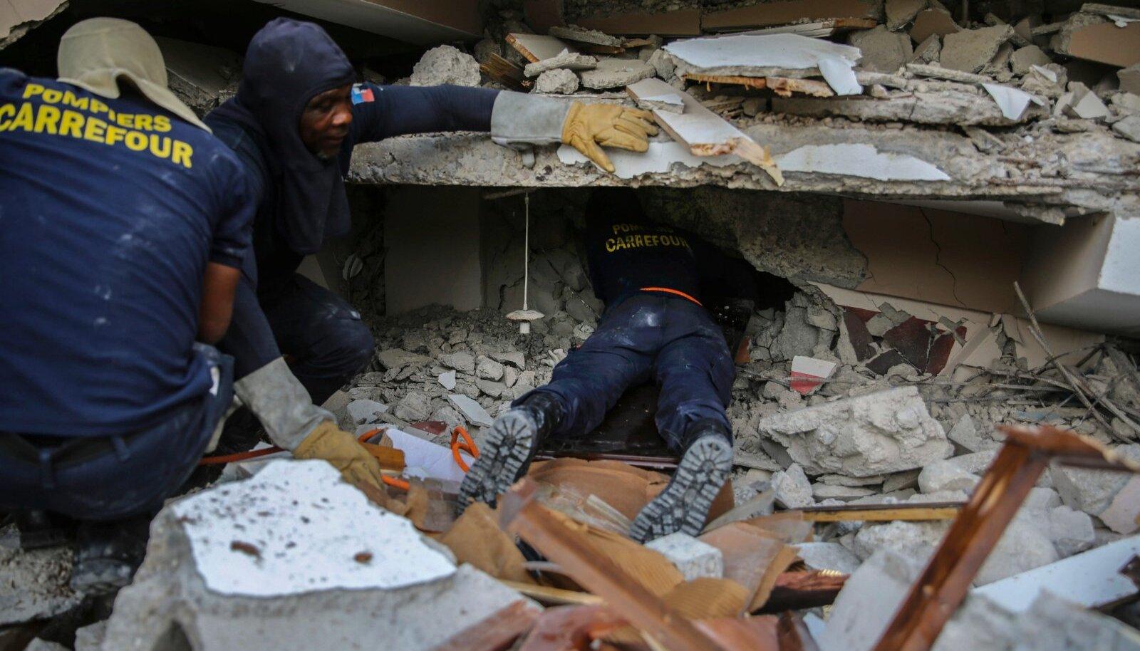 Päästjad otsivad Les Cayes' rusude alt ellujäänuid.