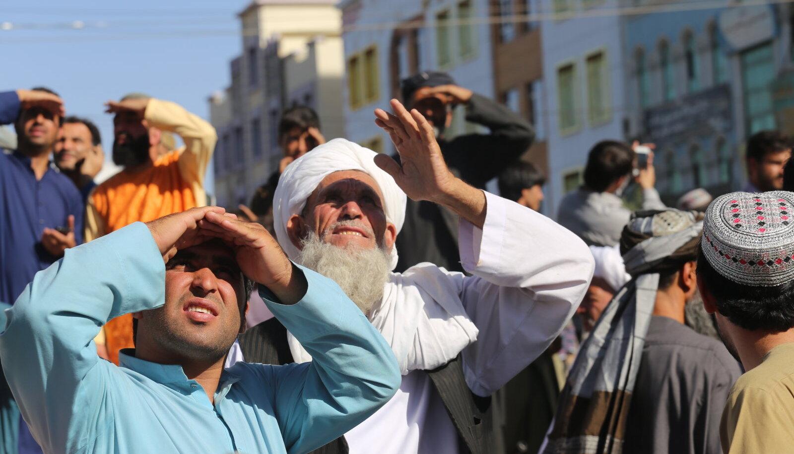 Herati elanikud eile linna keskväljakul.