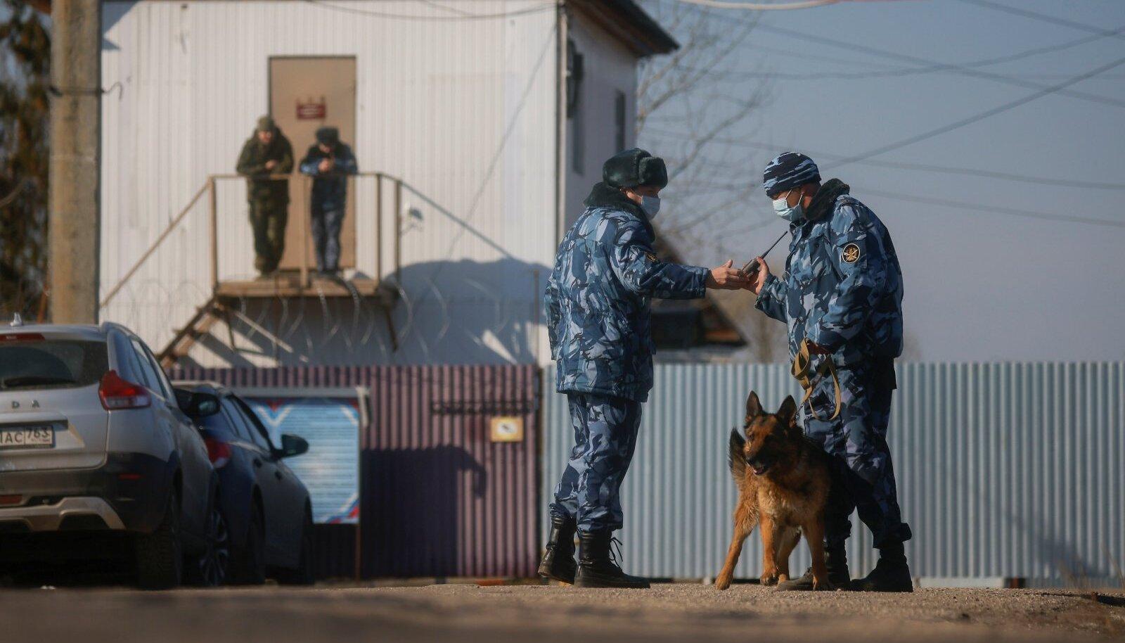 Pokrovi karistuskoloonia oli täna, kui selle juures avaldasid meelt arstid, vanglatöötajate raudse valve all.