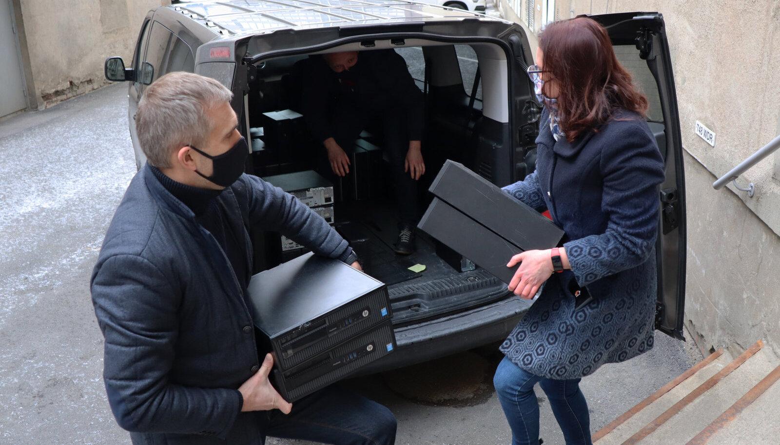 Член правления Coop Pank Хейкко Мяэ передал проектному менеджеру Союза защиты детей Аннике Сильде 52 настольных компьютера, которые уже совсем скоро окажутся у нарвских школьников.