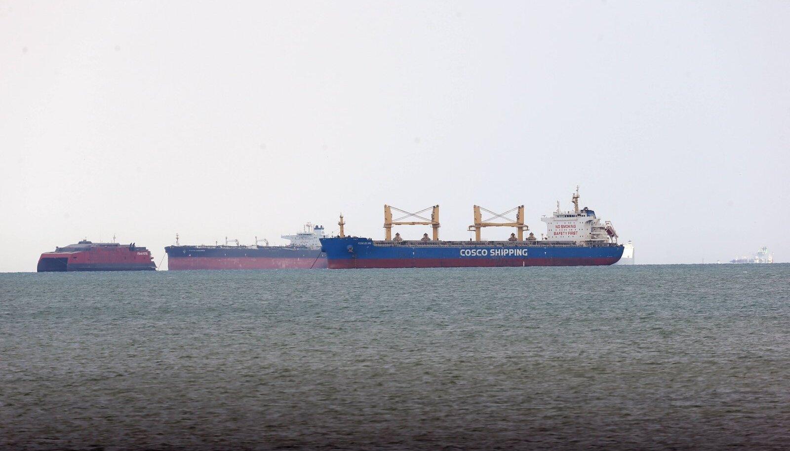 Laevad ootavad Suessi lahes kanalis tekkinud kriisi lahenemist.