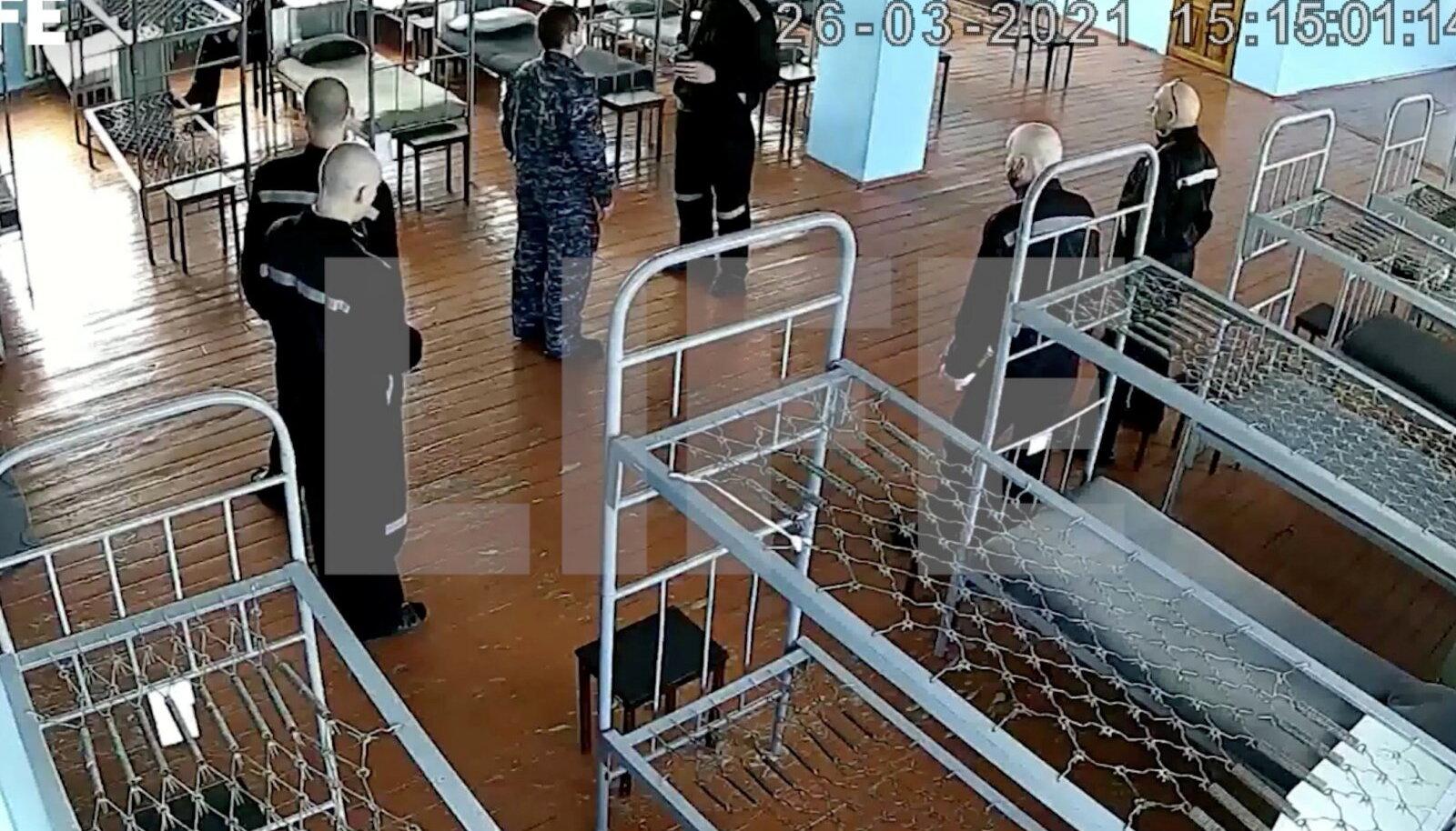 Vanglas tehtud videokaadril on väidetavalt Aleksei Navalnõi (keskel) Pokrovi koloonias.