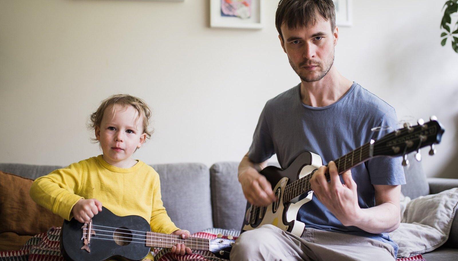 """""""Teo on väga aldis bändi tegema. Ütleb, et teeme rokki, ja siis peab hästi kõvasti mängima,"""" lausub Marten Kuningas."""