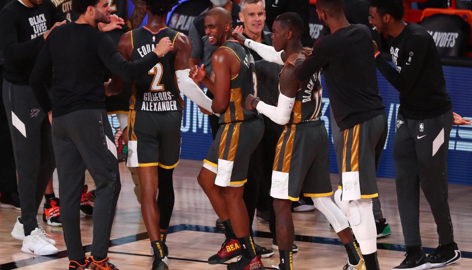 Oklahoma City Thunderi mängumehed võitu tähistamas.