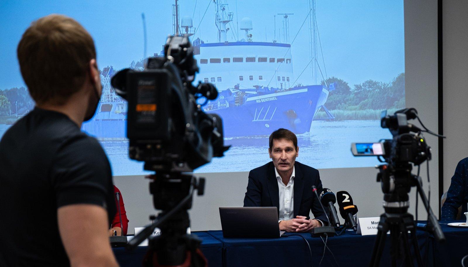 Margus Kurm, taustal MS Sentinel – Malta lipu all seilav Saksa laev