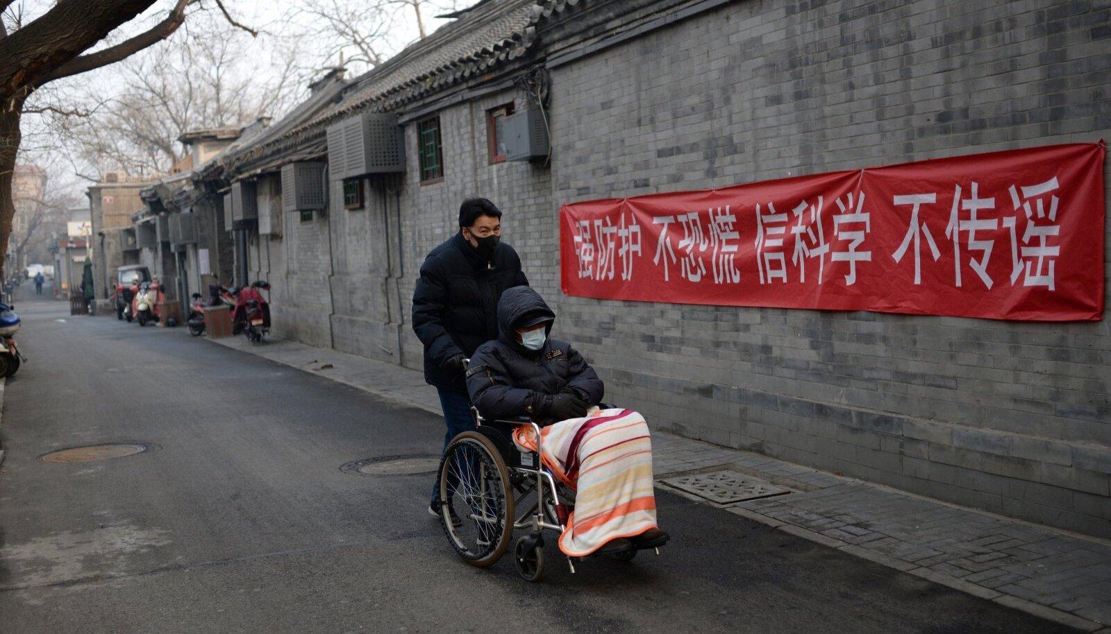 """""""Hoiduge paanikast, uskuge teadlasi ja ärge levitage kuuldusi,"""" soovitab loosung Pekingi tänaval."""