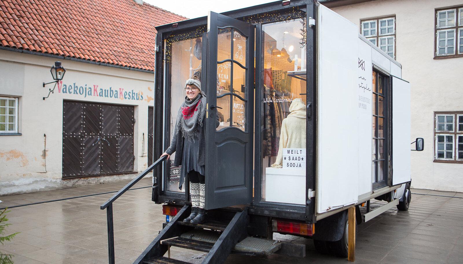 Kuressaare turul alustas tööd Eesti esimene butiikauto, kus KENA brändi looja Kerli Koovisk müüb oma käsimasinal kootud rahvuslike mustritega lambavillast rõivaid.
