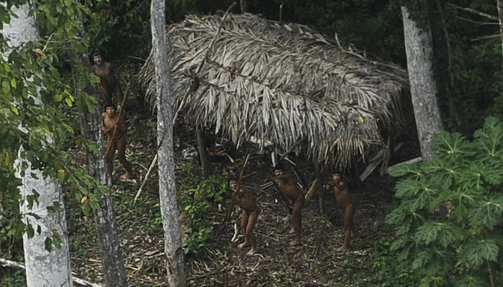 Tänapäeva tsivilisatsioonist puutumata indiaanlased Xinane jõe ääres Brasiilia ja Peruu piiri ligidal.