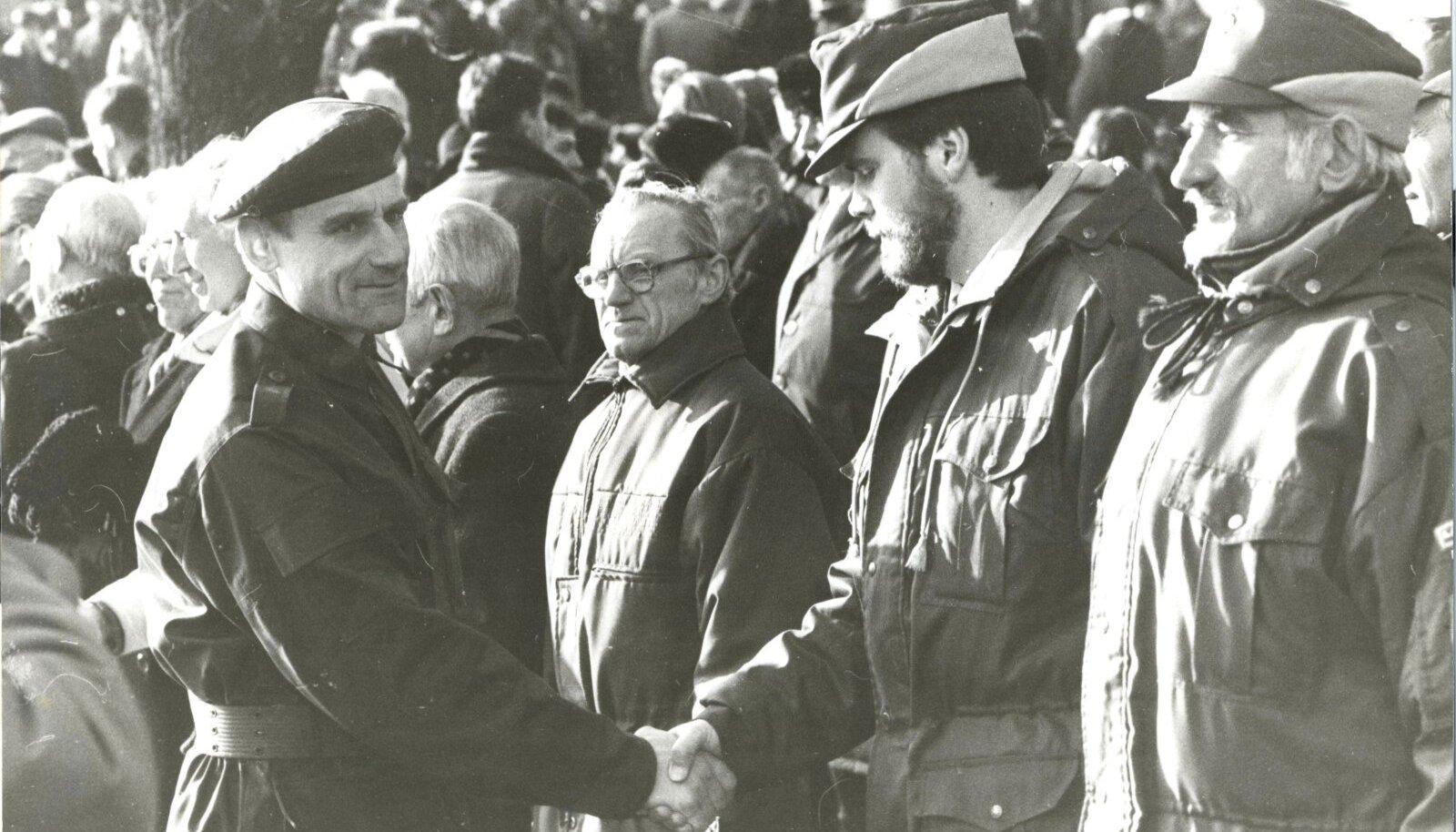 1992. aasta veebruaris toimus Vabaduse väljakul esimene taasiseseisvumise järgne vabariigi aastapäeva paraad. Paraadi juhatas kaitseväe peastaabi ülem Ants Laaneots, kel surub kätt toonane piirikaitseameti juht Andrus Öövel.