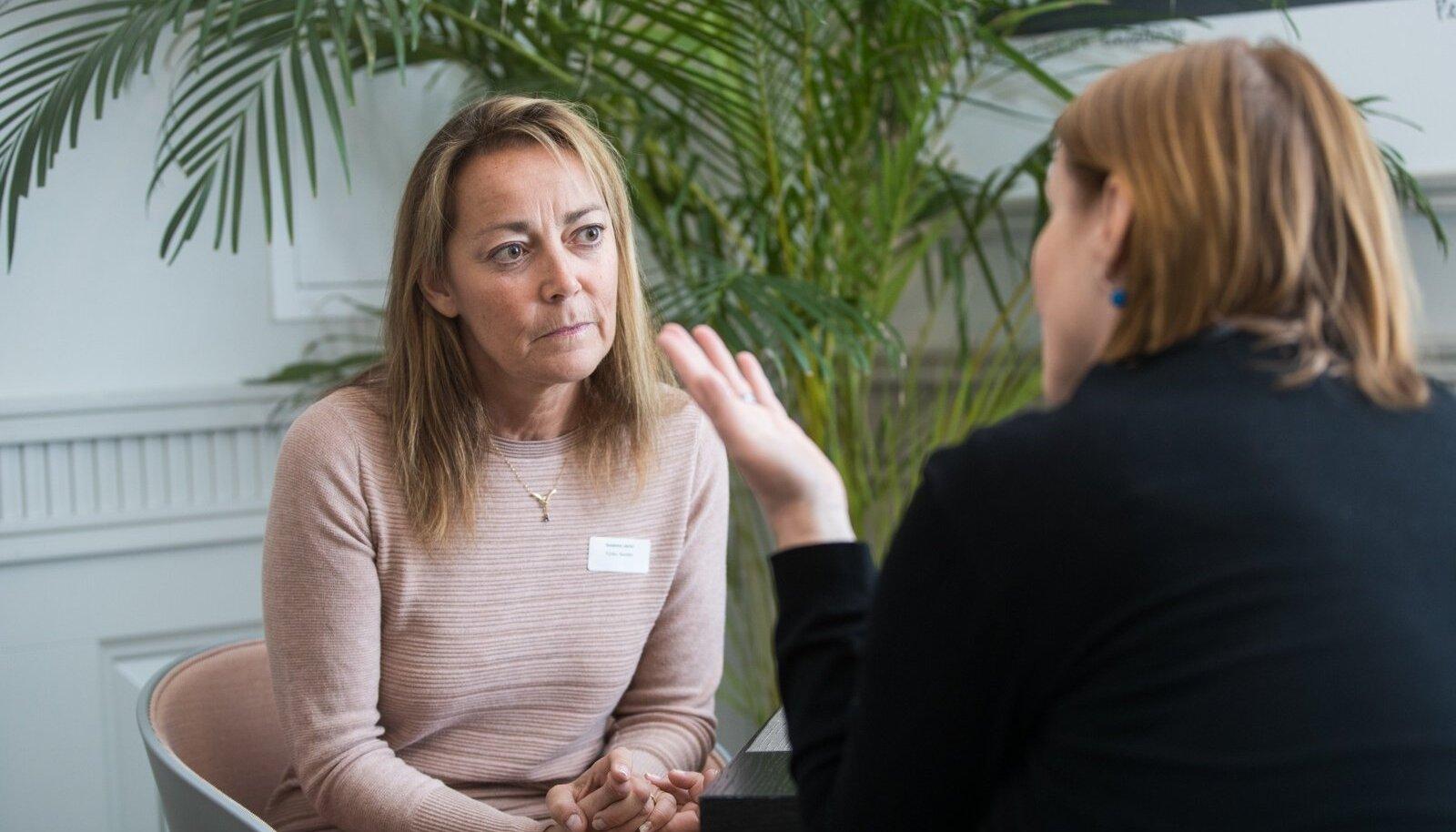 Ligipääsetavuse ekspert Susanna Laurin toonitab, et turismis on erivajadusega inimeste jaoks kõige tõsisem probleem suhtumine. Paljud puudega inimesed, kes reisivad, tunnevad, et neid koheldakse halvasti.