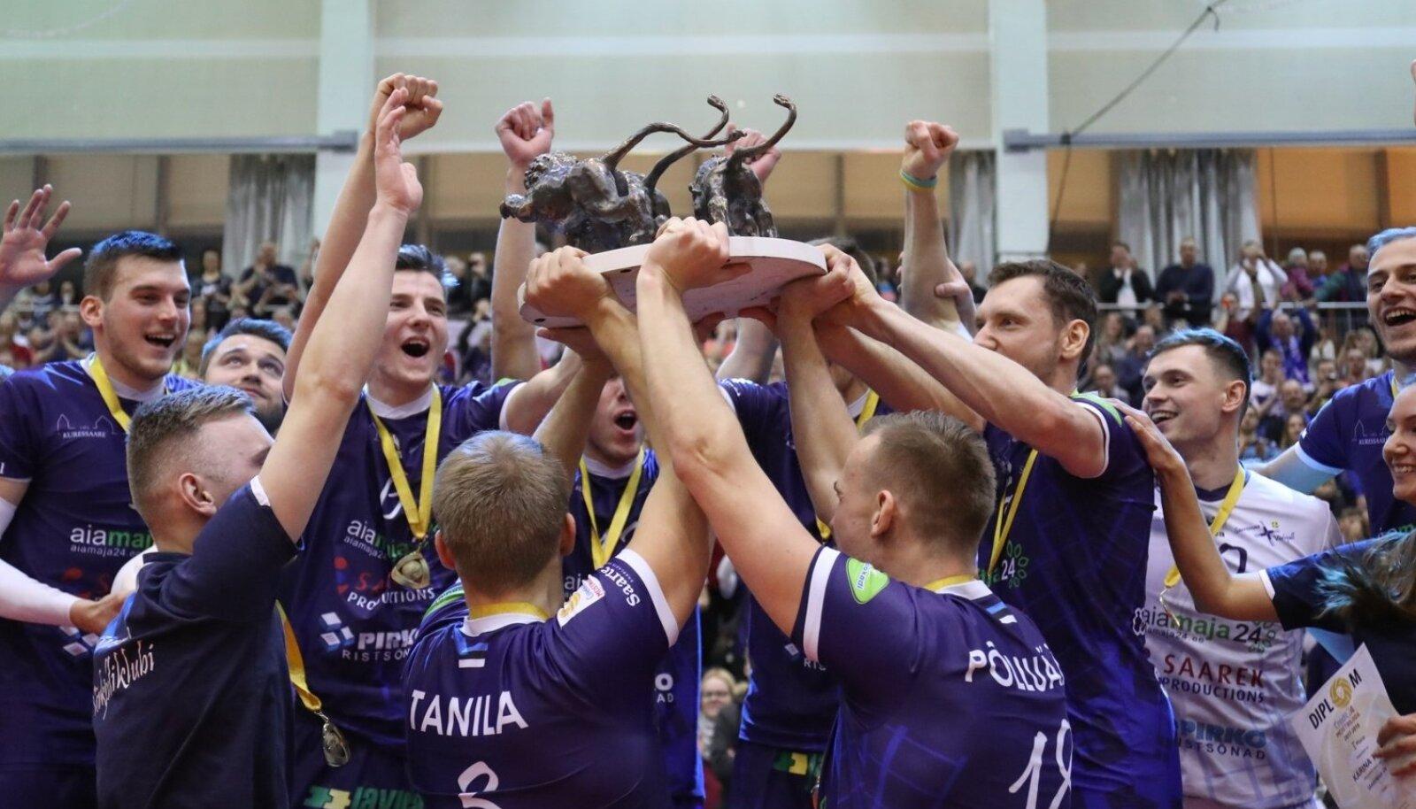Käes! Saaremaa meeskond sai pärast finaalivõitu pea kohale tõsta Credit24 Balti liiga lõvitrofee.
