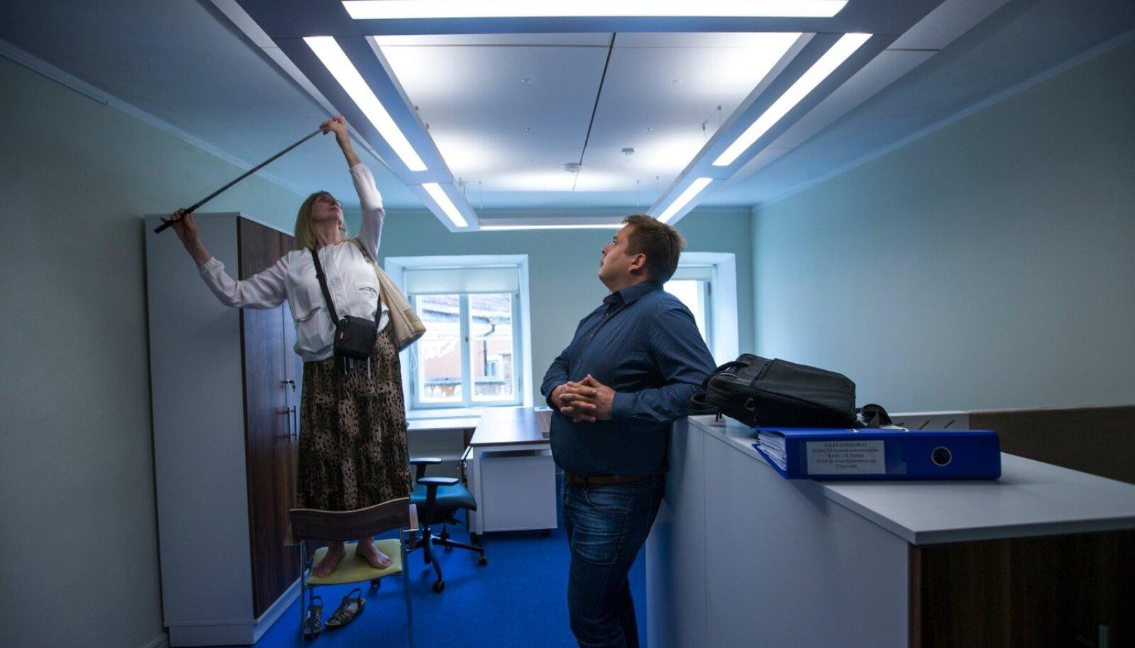 Riigikontrolli uus hoone Toompeal. Valgustust hindavad ekspert Tiiu Tamm ja RKAS-i projektijuht Mihkel Mäger.
