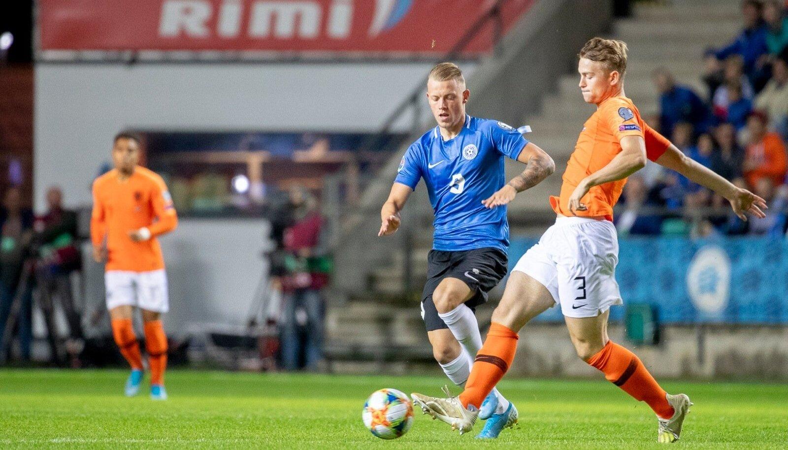 Erik Sorga survestamas Hollandi tähtmängijat Matthijs de Ligti. Sorga usub, et ühegi vastase ees ei tohi aukartust tunda.