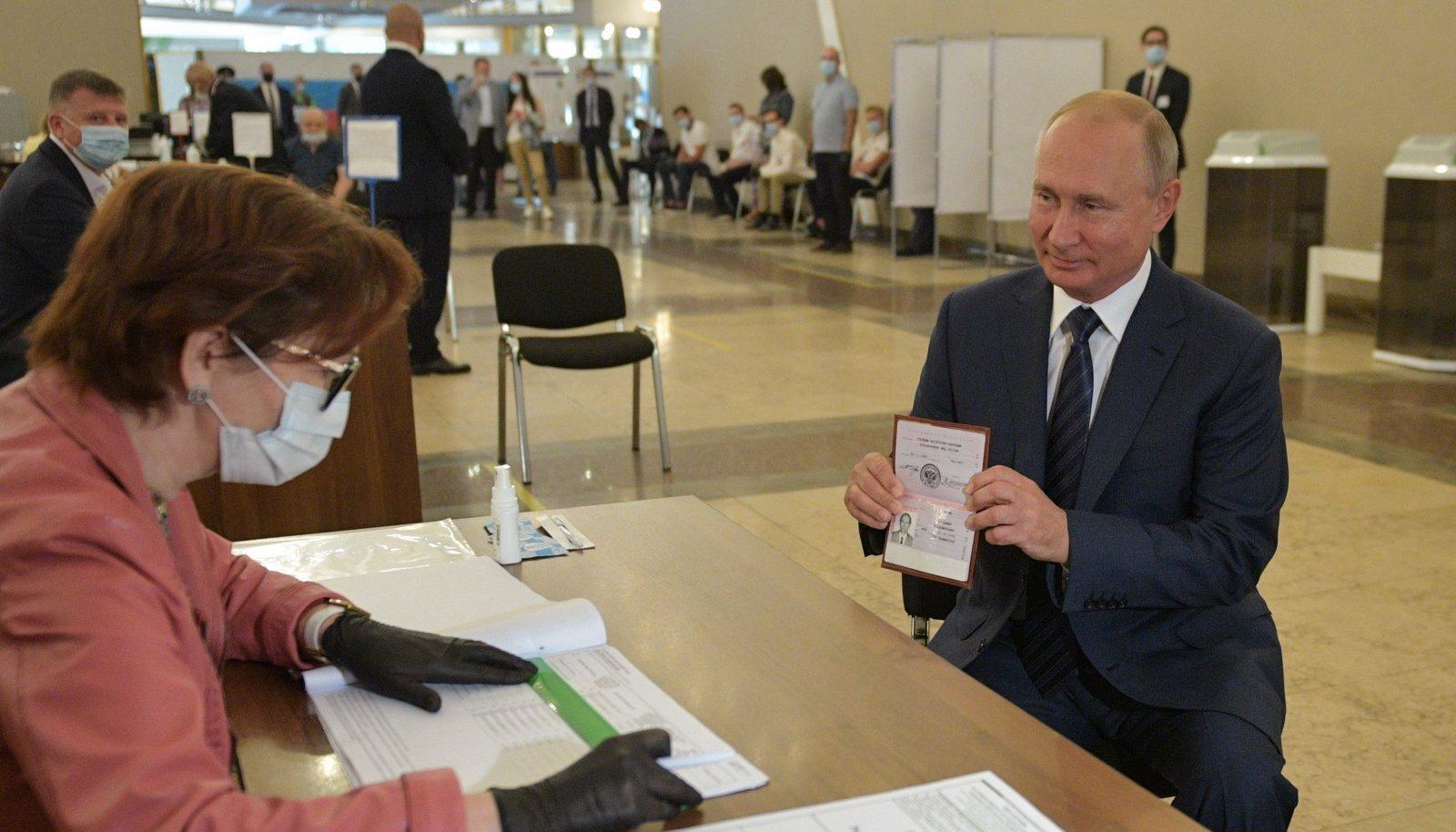 Venemaa president Vladimir Putin võttis üleeile Moskvas ka ise osa hääletusest, mis võimaldab tal eluks ajaks presidendiks jääda.