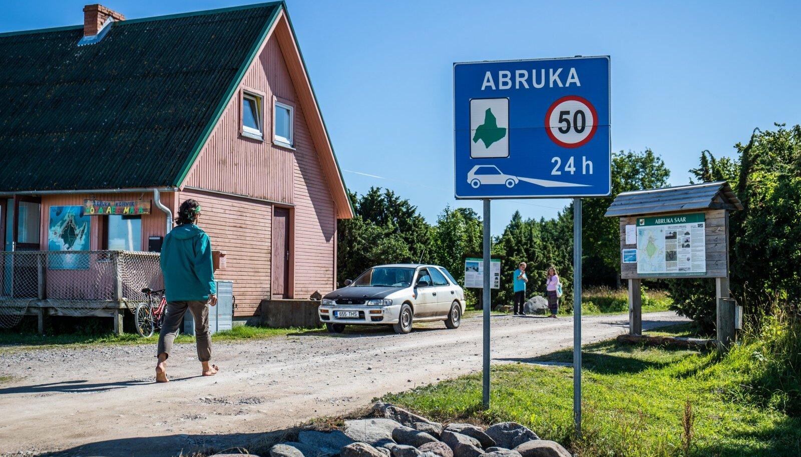 Abruka saar elab täiesti omas rütmis, see on üks esimesi asju, mis Abruka sadamas maha astudes kohe silma hakkab.