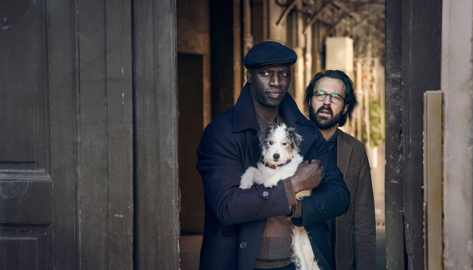 Antoine Gouy (paremal) Benjamin Fereli rollis ja Omar Sy (Assane Diop) on sõbrad juba lapsepõlvest saati. Sarja teises hooajas peavad nad kõik oma trikid mängu panema.