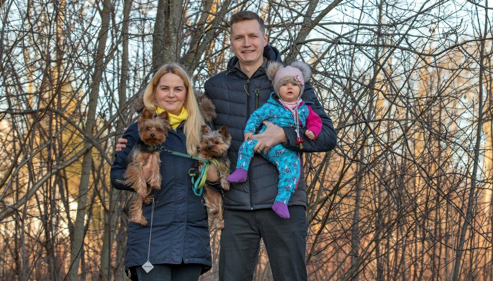 Kristina ja Sven Vabamäe koos tütre Amilia ja koerte Happy ning Bennuga.