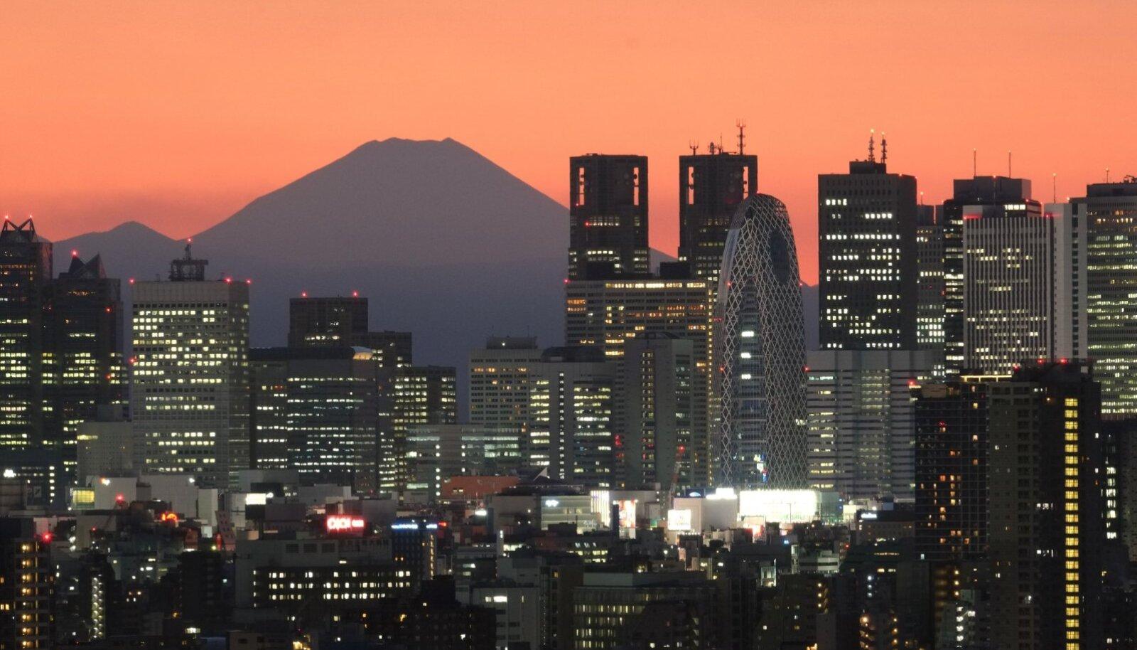 Jaapani kõrgeim mäetipp Fuji ja õhtune Tokyo.