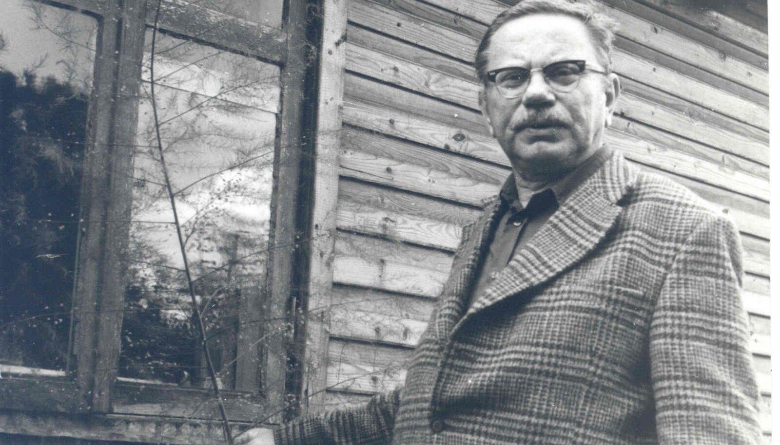 Arno Vihalemm 1974. aastal oma kodumaja ees Pärnus.