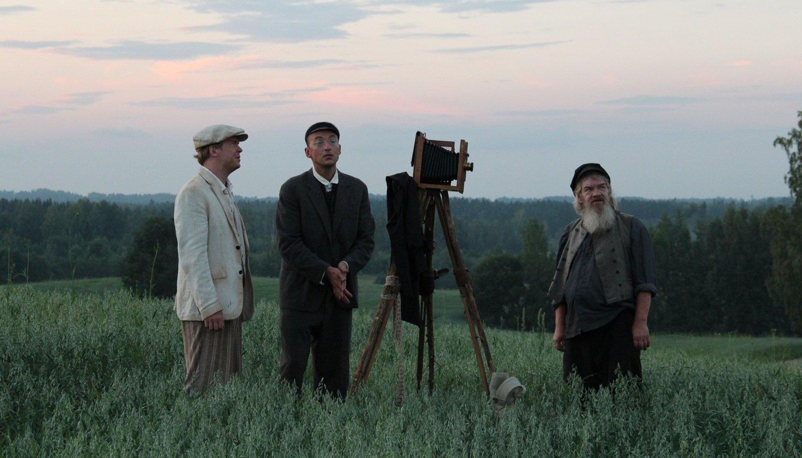 Mehed mäel. Ott Sepp, Märt Avandi, fotoaparaat ja Margus Mikomägi. Ehk siis Johannes Pääsuke, Harri Voltri ja setu peremees. Eestimaa on imeilus.