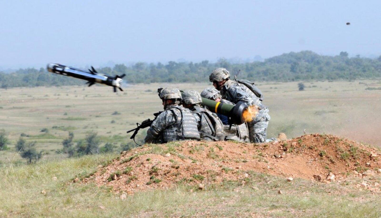 USA sõjaväelased laskmas tankitõrjesüsteemist Javelin.