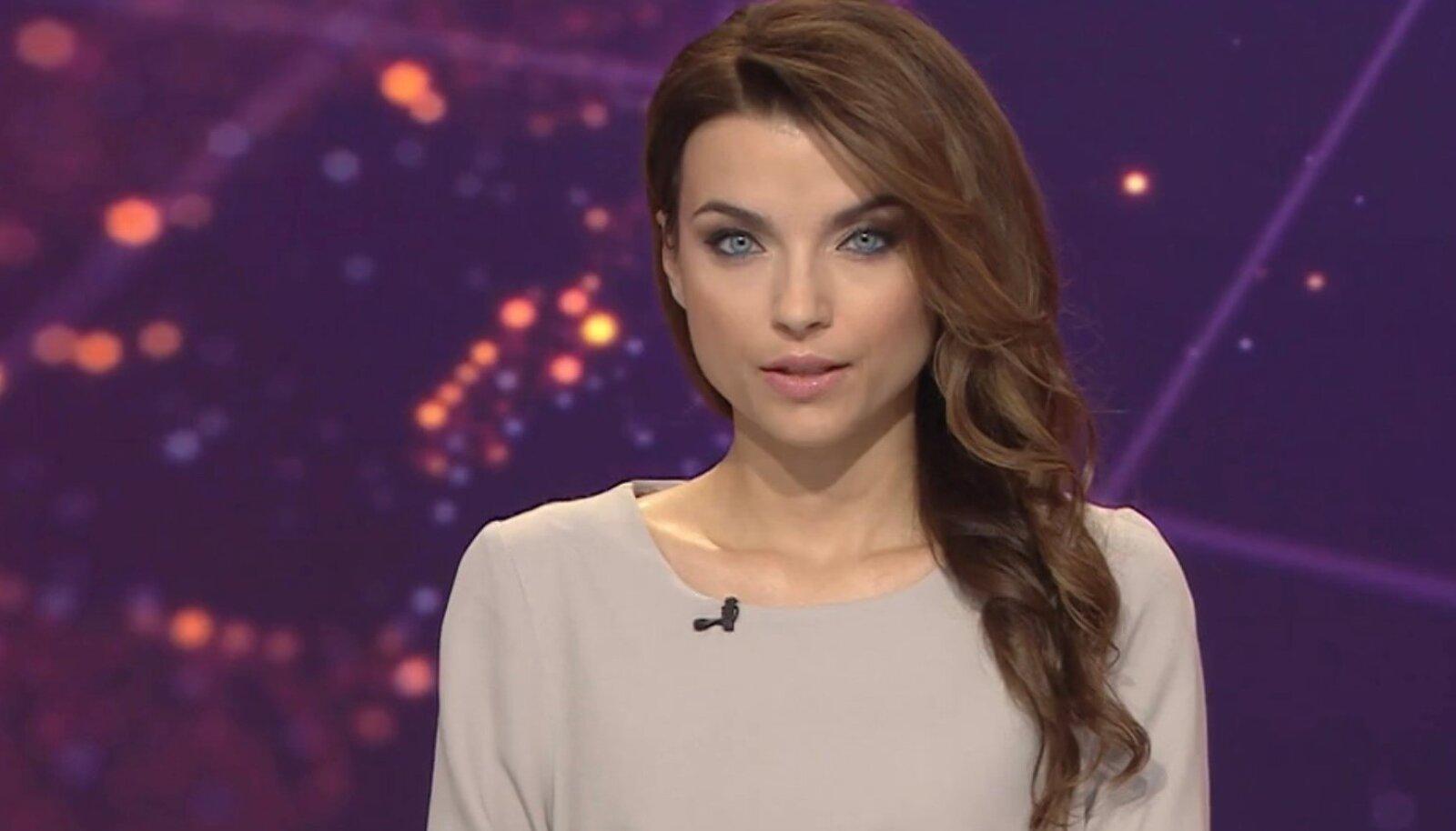 ETV+ diktor Uljana Kuzmina stuudios.