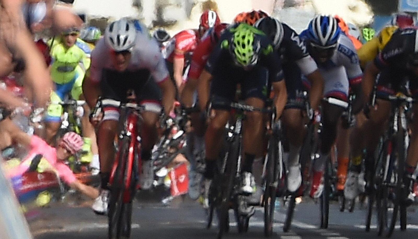Alberto Contador kukub (vasakul)