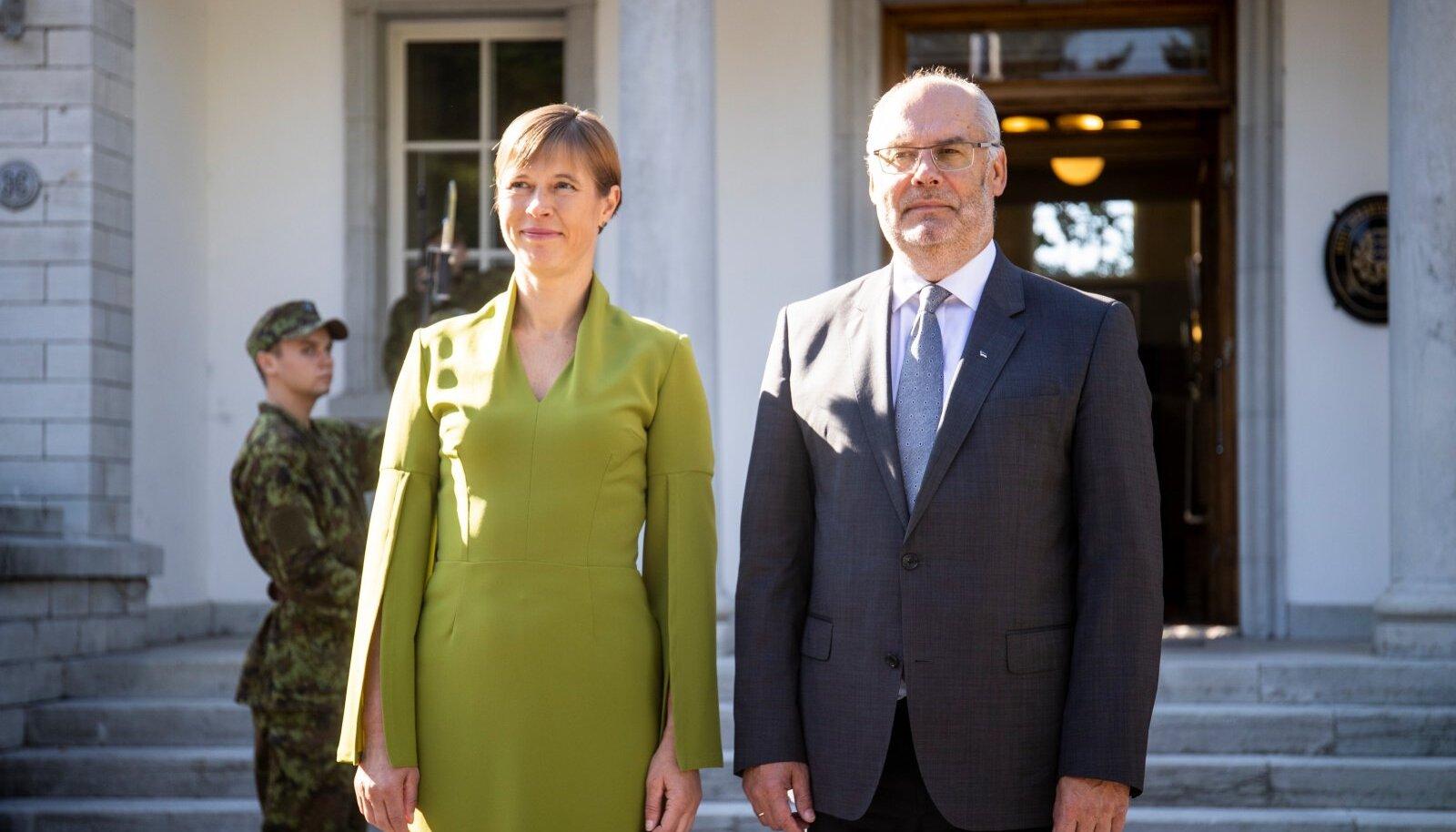 Lahkuv president Kersti Kaljulaid ja ametisse astuv president Alar Karis Kadriorus.