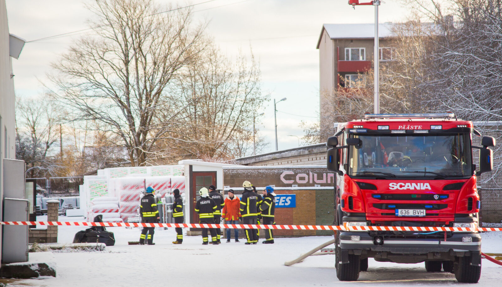 Sporrongis toimunud väävelhappe keemilisele reostusele reageerisid Kihelkonna ja Orissaare põhiauto, Kuressaare põhi- ja paakauto ning Pärnu põhiauto ja keemiapäästevõimekusega haagis.