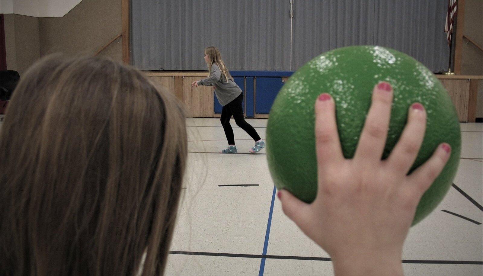 POPULAARNE LÄBI AASTAKÜMNETE: Rahvastepalli mängivad koolides praegused õpilased, kuid on mänginud ka nende vanemad ja vanavanemad.