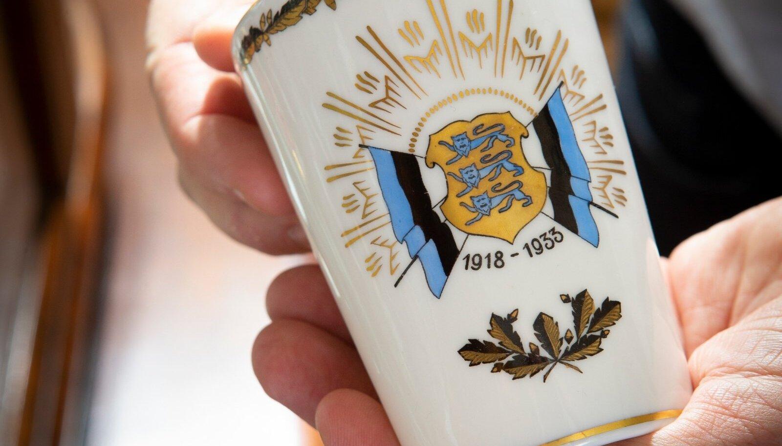 Uhke sigareti-t-ops on Lange-brauni toodang ja õnnitleb Eestit 15. sünni-päeva puhul.