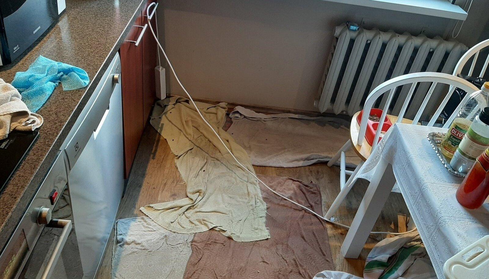 В результате засорившейся канализации вода перелилась через край раковины и привела к ущербу в размере более 1100 евро.