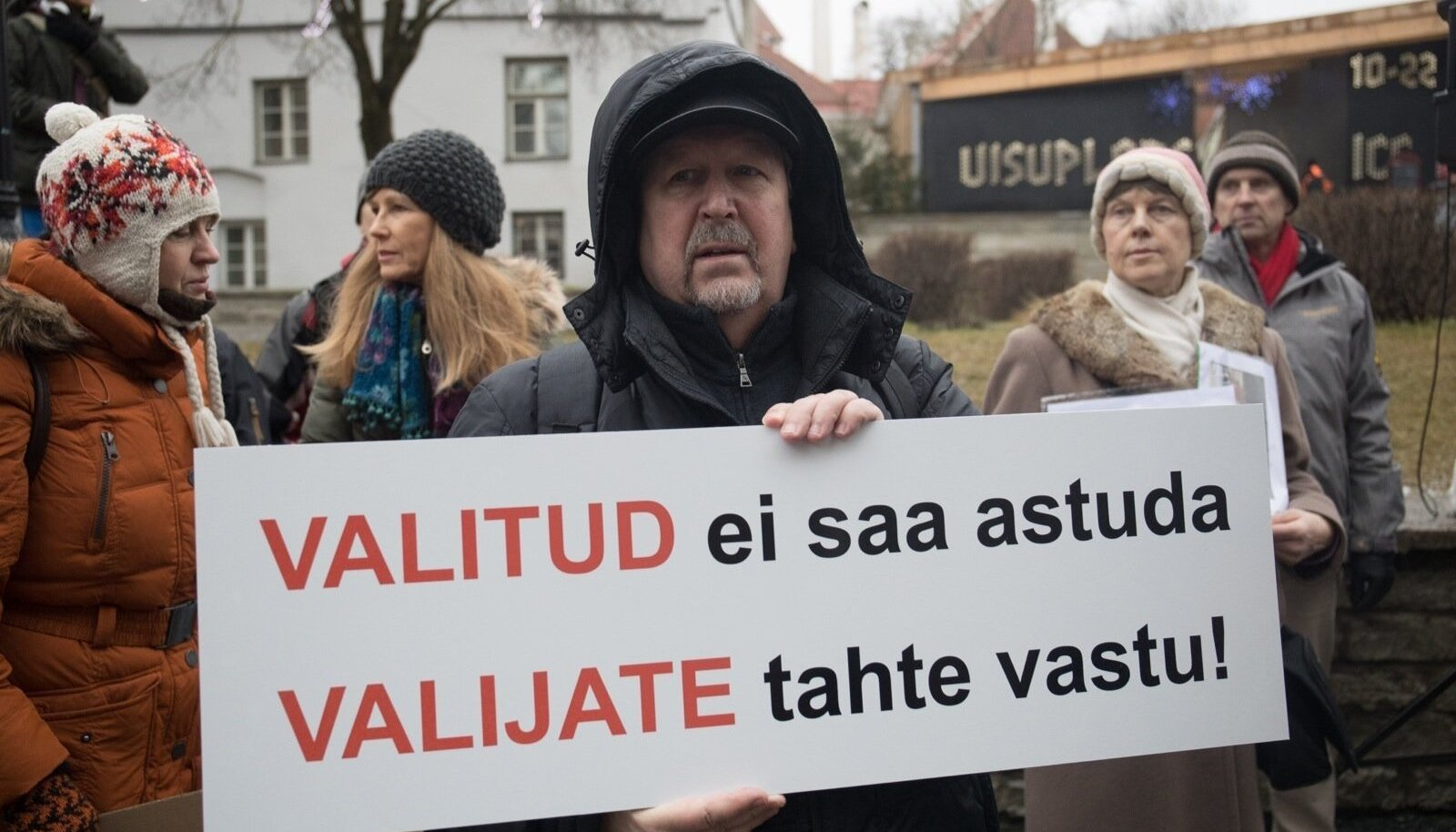 """Rail Balticu vastu Harju tänaval meelt avaldanud mees seisis sama truult MTÜ Eesti Vanemad juhi Anastassija Raja kõrval ka NATO-vastasel """"rahumarsil""""."""