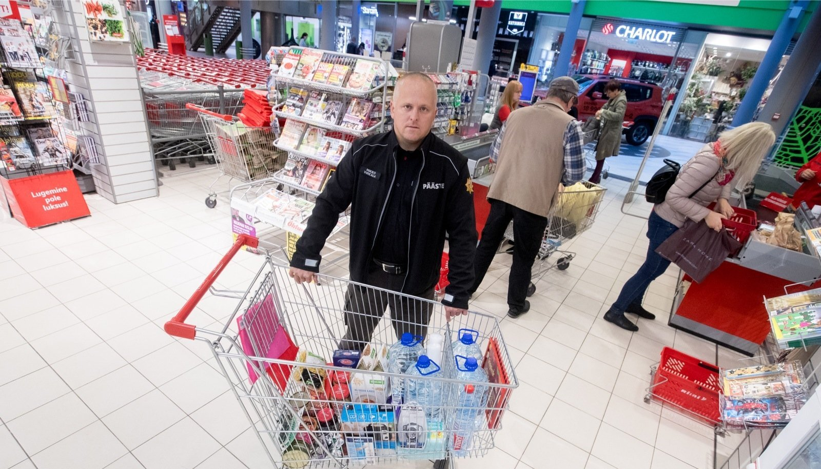 Päästeameti ennetustöö osakonna ekspert Mikko Virkala pani kokku ostukorvi, milles on olemas nädalaseks ellujäämiseks vajalik, sealhulgas 21 liitrit vett ja hulganisti magusat.