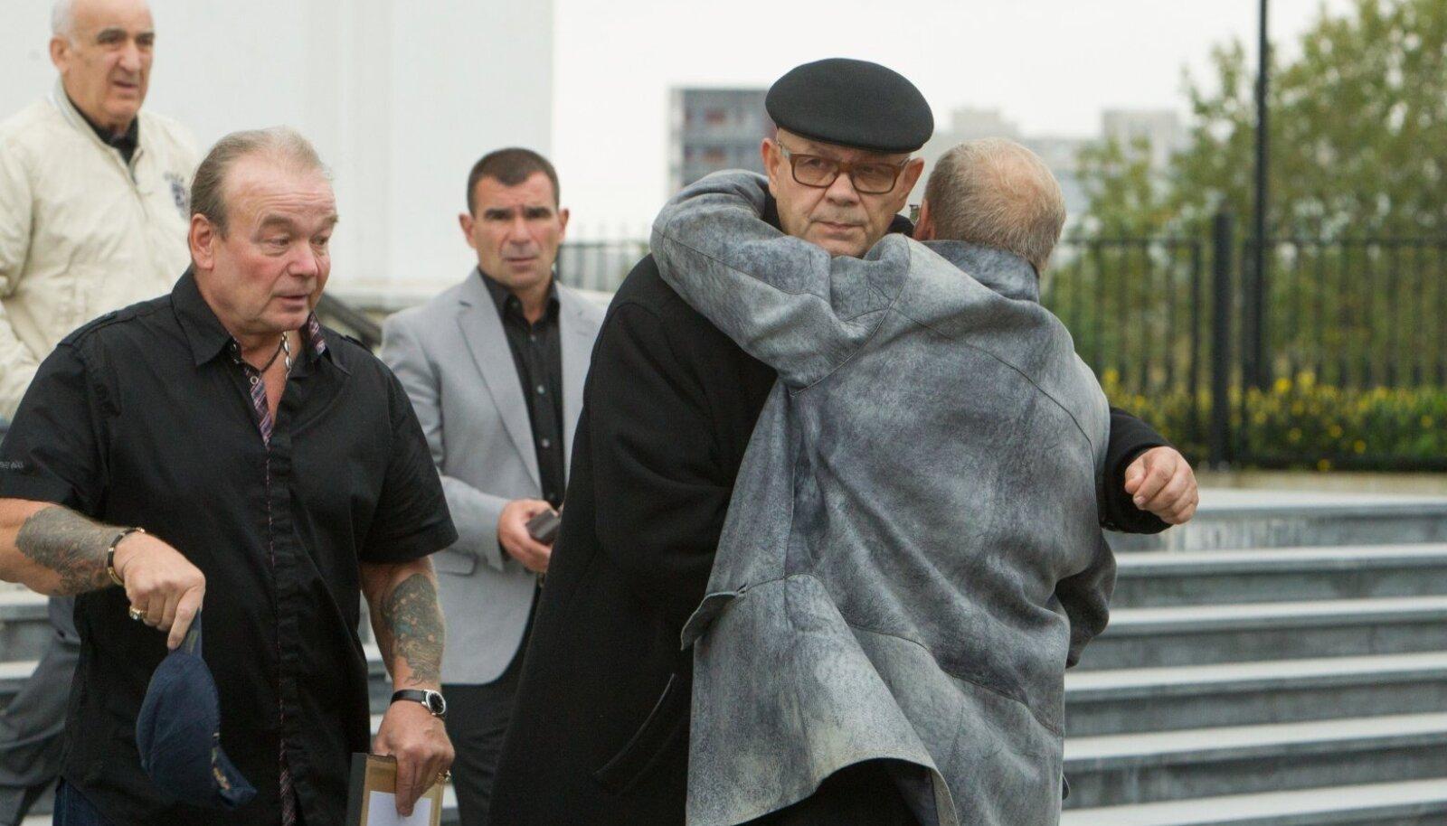 Олег Львов (в центре) на похоронах Таранкова.