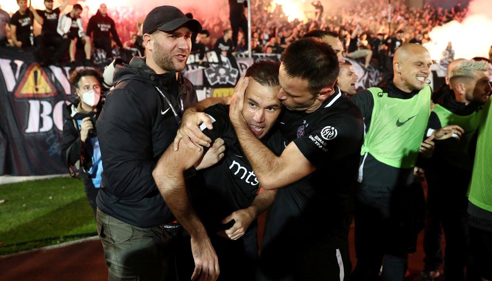 Belgradi Partizani mängumees Bibras Natho väravat tähistamas. Taustal paistavad nende kurikuulsad fännid.