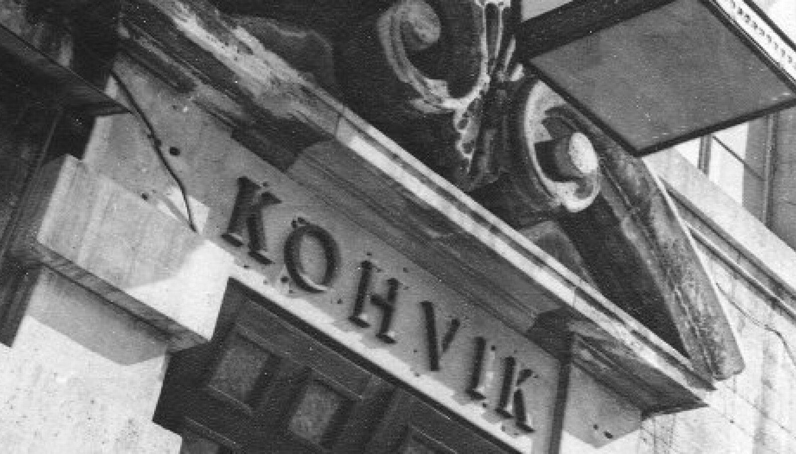 """""""Tähelaevas"""" on jäädvustatud Tallinna vallanud uue vanalinnavaimustuse algus. Tegelased väisavad sageli Raekoja platsis äsja valminud Vana Tooma kohvikut (1960)."""