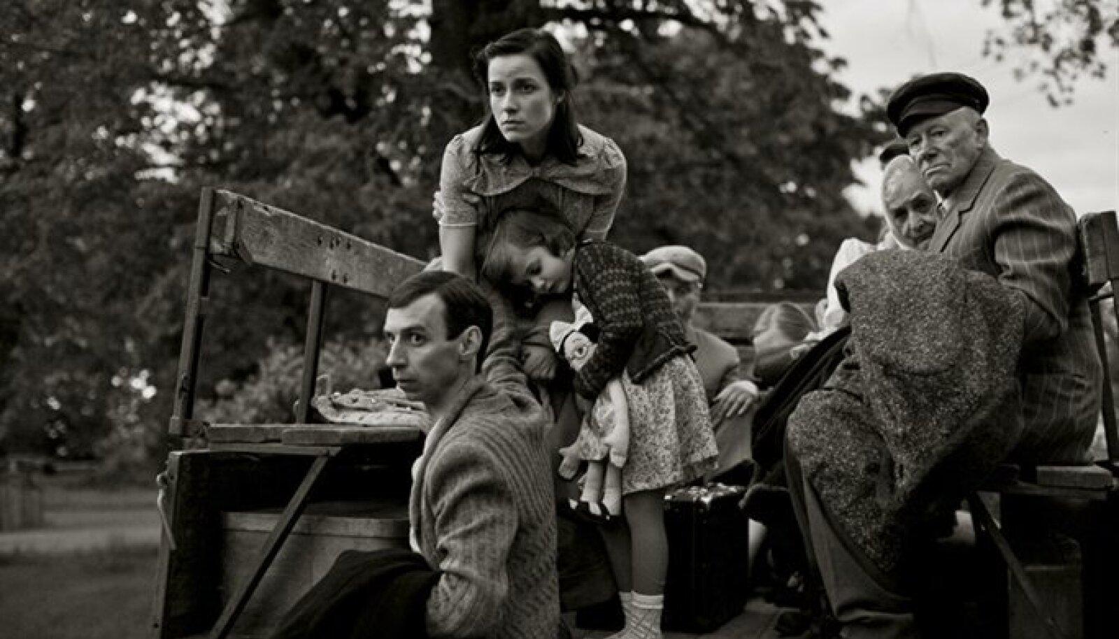 """Film """"Risttuules"""" räägib Erna Tamme (keskel) saatusest ja  on tehtud n-ö elava pildi tehnikas."""